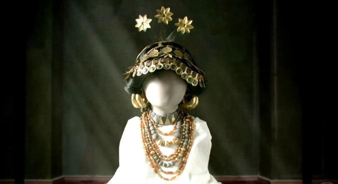 Joias da Mesopotâmia: Essa peça foi encontrada intacta em um cemitério de Ur, onde dizem pertencer a Rainha Puabi. No antigo Egito, as joias simbolizavam poder e riqueza – Foto: Record TV/Divulgação