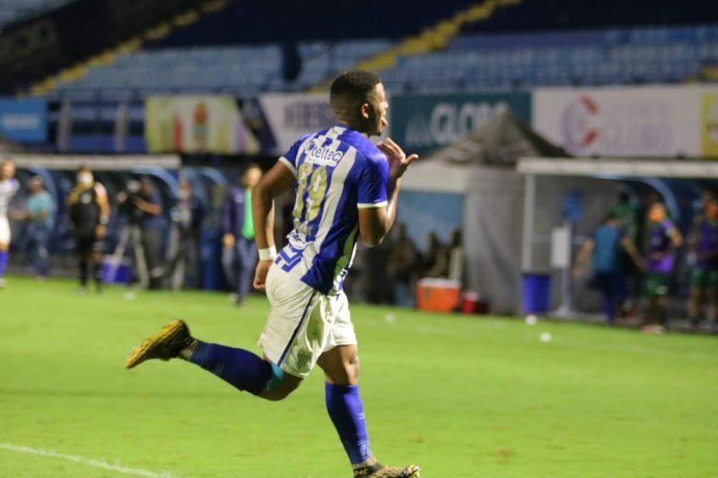 Jonathan comemora o gol da vitória do Avaí já nos acréscimos – Foto: Frederico Tadeu/Avaí F.C