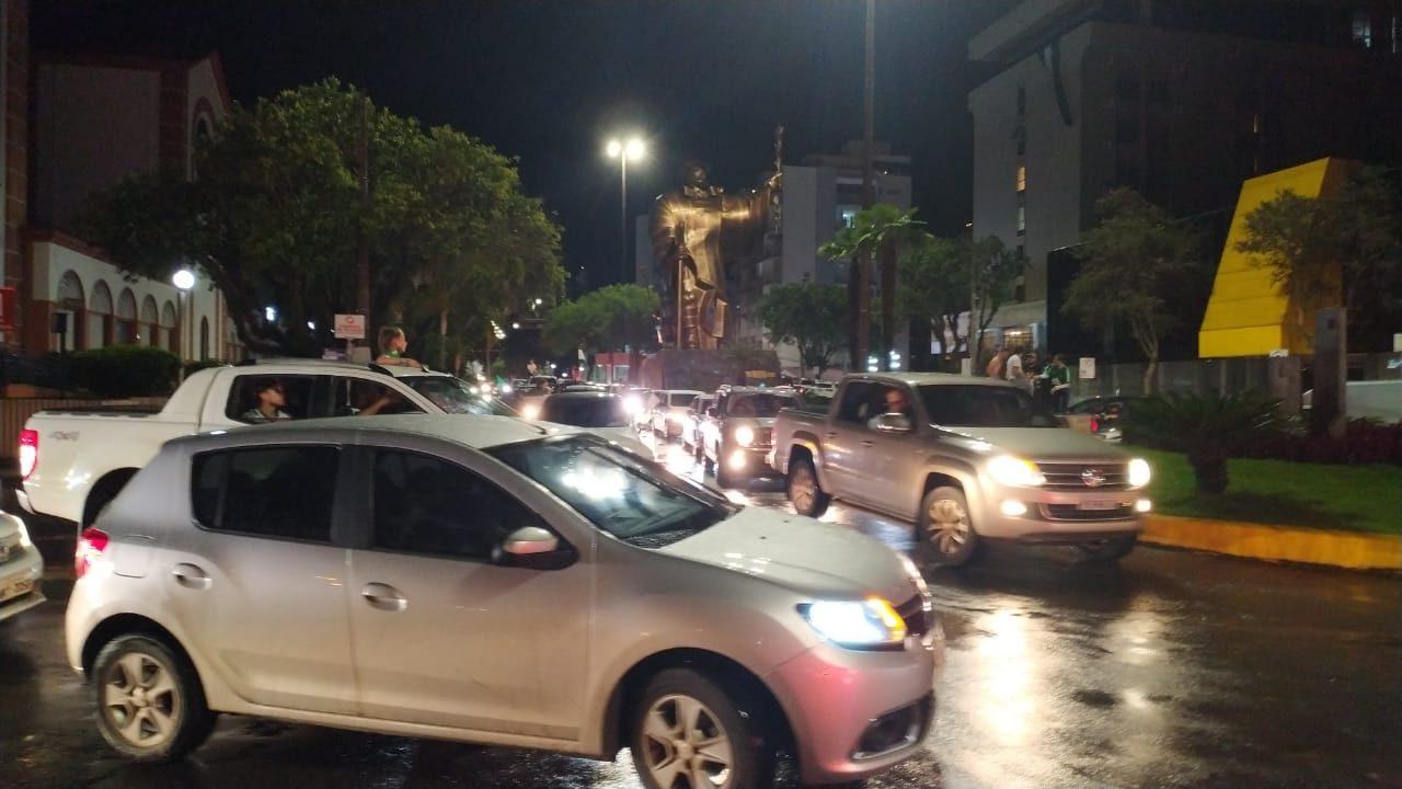Torcida do Verdão do Oeste invadiu as ruas de Chapecó para comemorar a vitória; - Junior Spindula/NDTV Chapecó (7)