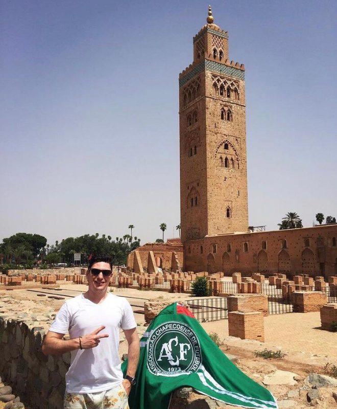 Já viajou por 31 países e levou a bandeira para todos. Alexandre quer que o símbolo da Chape acompanhe ele em muitas outras aventuras e quer viajar um país por ano de vida. – Foto: Koutoubia Mosque – Marrocos – Arquivo Pessoal/ND