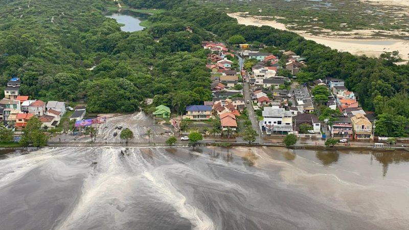 Avenida das Rendeiras ficou tomada pela água – Foto: CBMSC/Divulgação/ND