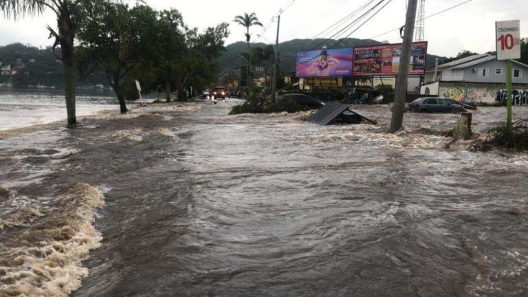 Casan será multada pelo rompimento da estrutura de armazenamento de esgoto nesta quarta-feira (27) – Foto: Corpo de Bombeiros/Divulgação/ND