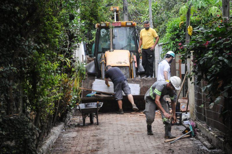 Trabalhos vão continuar neste final de semana na servidão Manoel Luiz Duarte. Foto: Leo Munhoz/ND