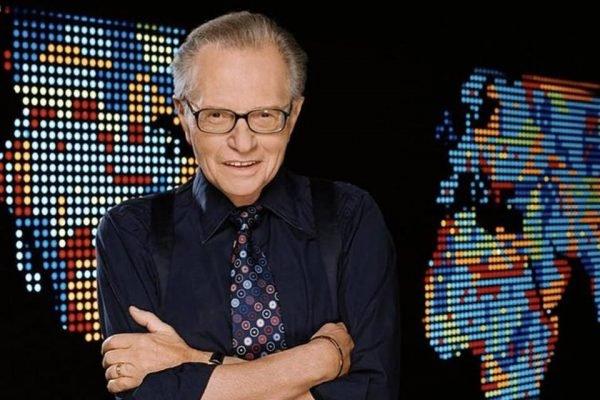 Larry King comandou por 25 anos Larry King Live, um dos mais populares programas da TV americana – Foto: Reprodução/Twitter