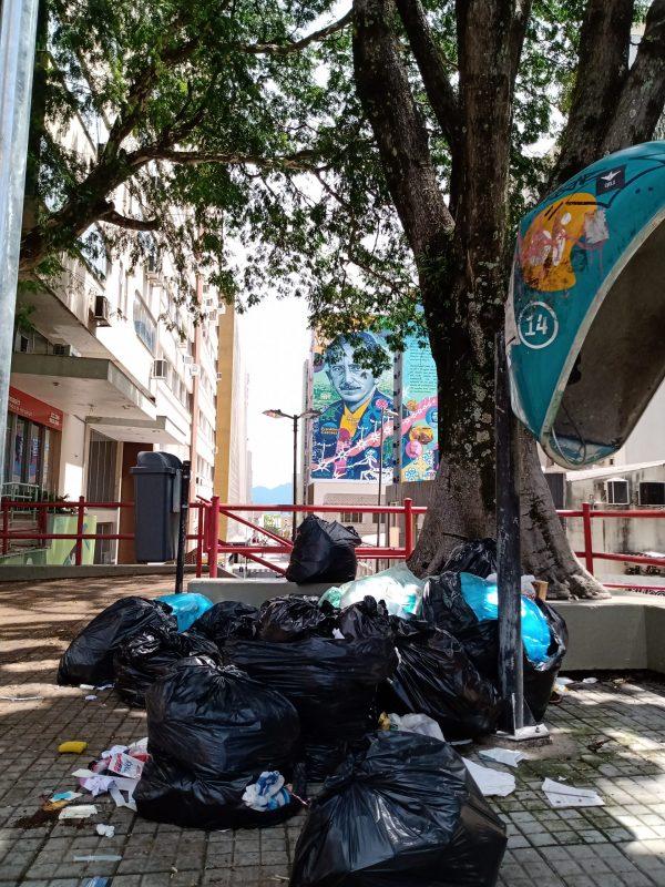 Lixo espalhado no Centro de Florianópolis – Foto: Fabio Gadotti/ND