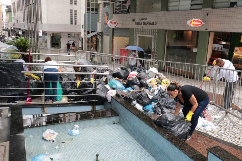 Lixo deixado na frente da Câmara de Florianópolis em protesto durante a semana- Foto: Divulgação/ND