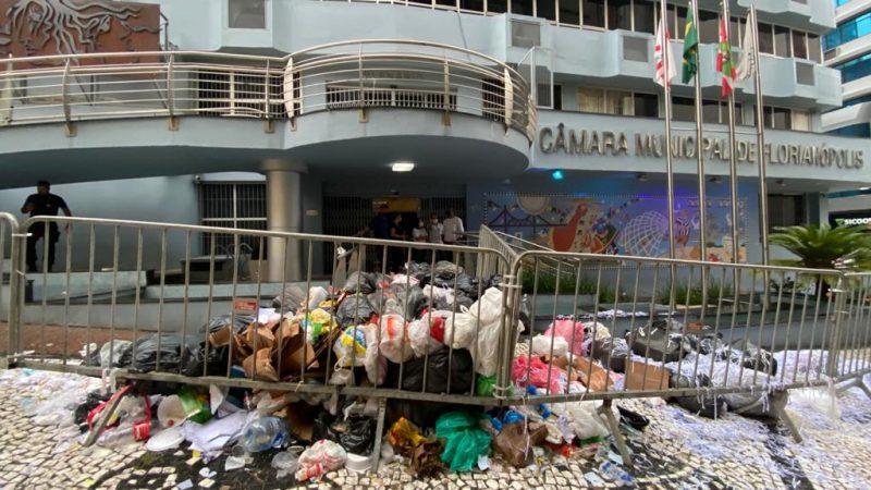 Manifestantes deixaram lixo em frente da Câmara de Vereadores na quinta-feira (21) – Foto: Divulgação/ND