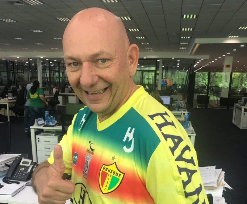 Luciano Hang posa com a camisa do Brusque FC – Foto: Arquivo / Havan