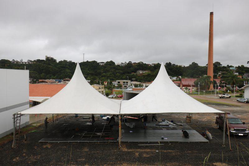 Tendas estão sendo montadas ao lado da Câmara – Foto: Divulgação/ND