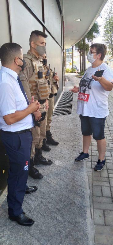 Motorista que não foi atendida reclama na entrada do local. PM chegou a ser acionada por um dos profissionais – Foto: Divulgação/ND