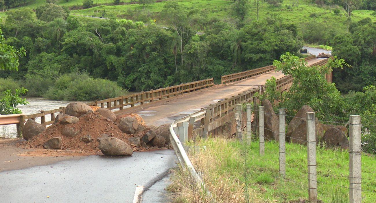 A ponte sobre o Rio Chapecó liga os municípios de Coronel Freitas e União do Oeste. - Reprodução/NDTV Chapecó