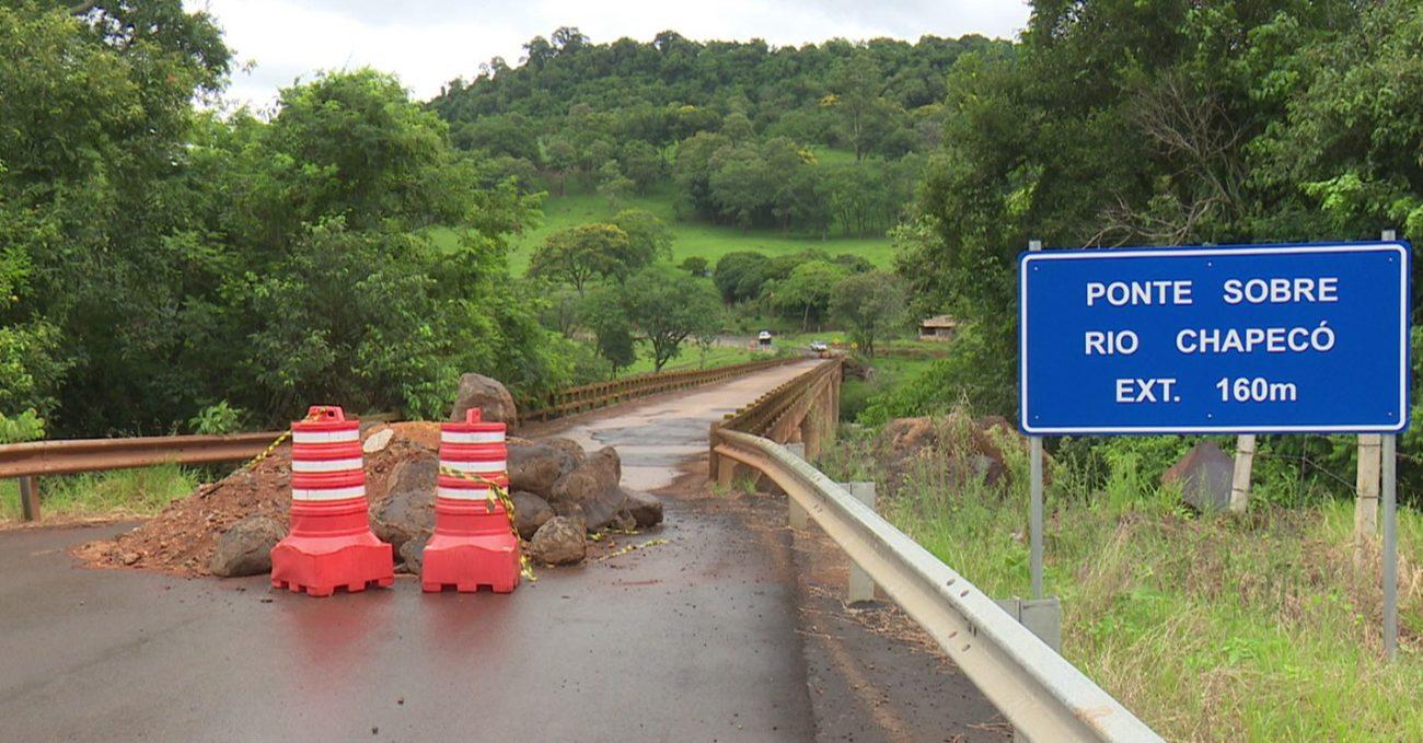 A interdição da ponte causa prejuízos a moradores e comerciantes das proximidades. - Reprodução/NDTV Chapecó