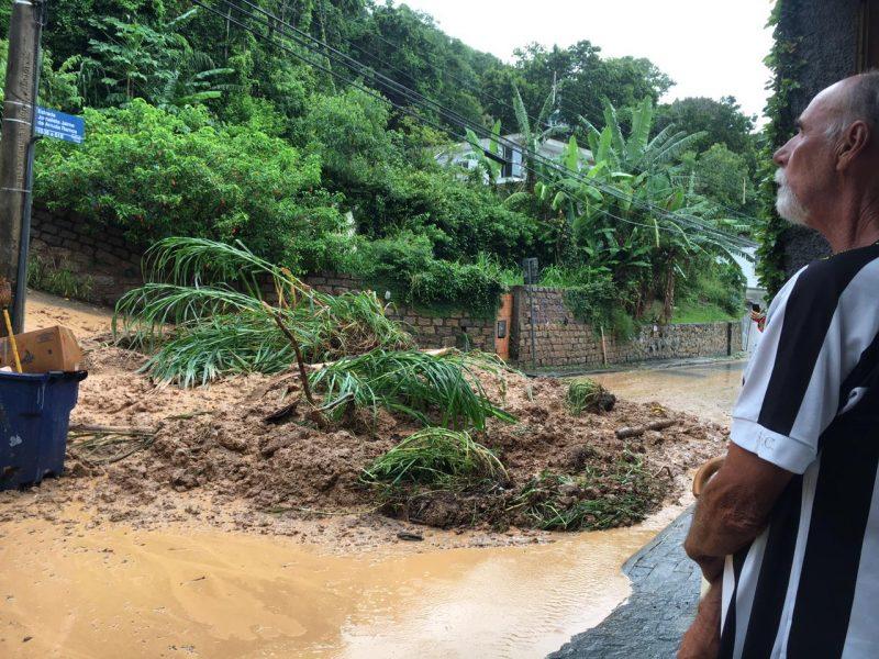 """De acordo com moradores, a pousada estava desativada, mas """"caseiros"""" vivem no alto da construção. Bombeiros informaram, no entanto, que não houve vítimas no local – Foto: Ana Vaz/Divulgação/ND"""