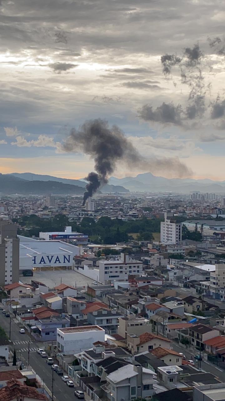 A fumaça pôde ser vistas de diversos pontos da cidade - Redes Sociais