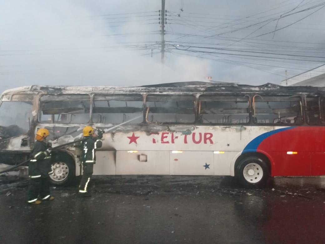 Ônibus da empresa Teftur ficou completamente destruído - Divulgação / Corpo de Bombeiros de Itajaí