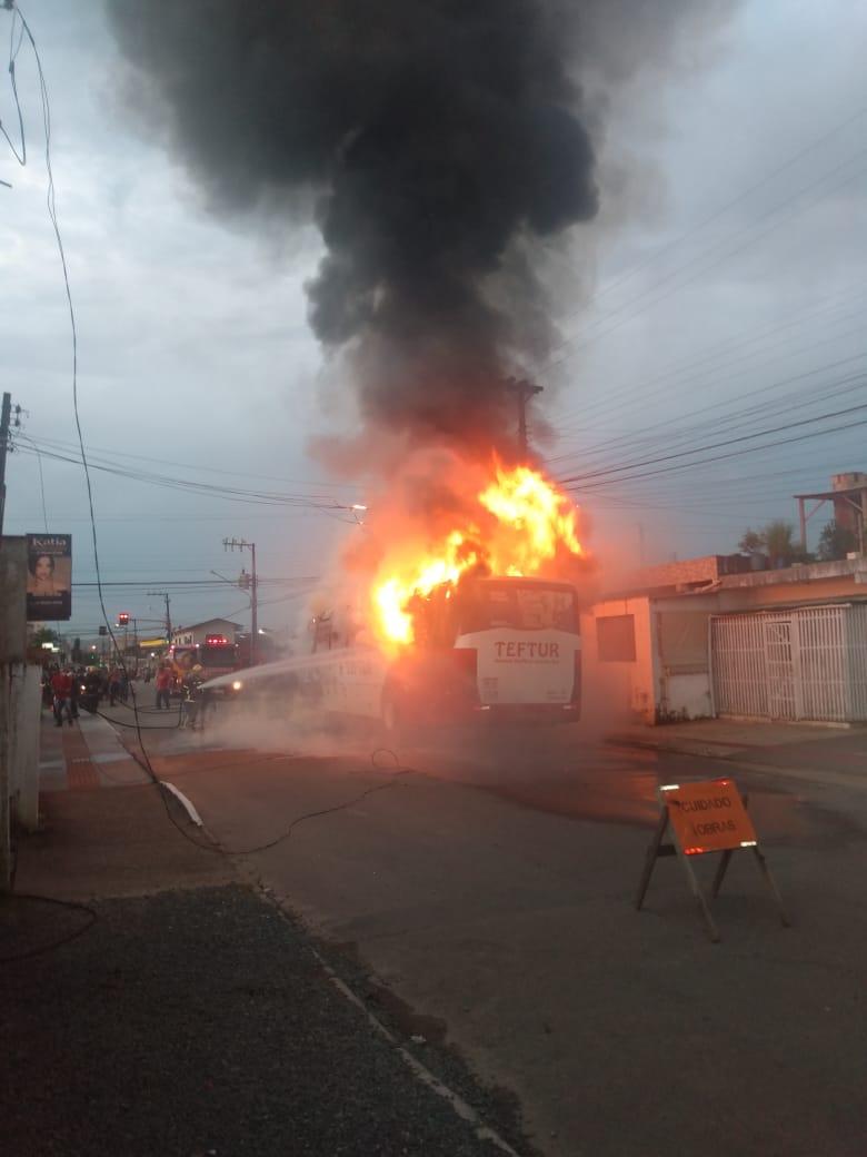 Corpo de Bombeiros combate incêndio que atingiu ônibus, em Itajaí - Divulgação / Corpo de Bombeiros de Itajaí
