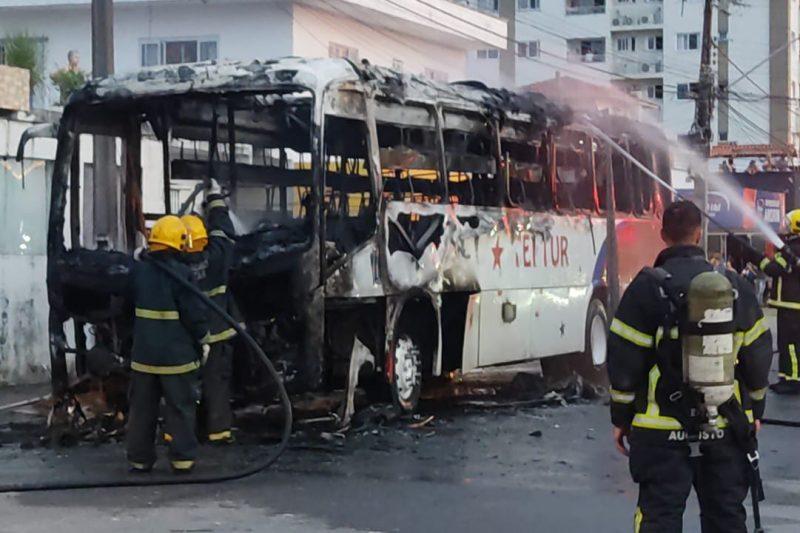 Ônibus pega fogo em Itajaí – Foto: Luiz Fernando Nardes / Divulgação