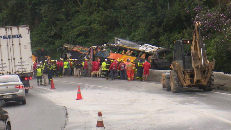 Profissionais de cidades do Paraná e Santa Catarina ajudaram no resgate das vítimas – Foto: Ricardo Alves/NDTV
