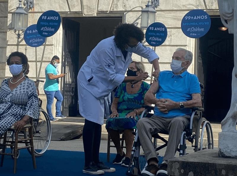 """Orlando Drummond recebe a dose da vacina contra a Covid-19: """"Maior apoio"""" – Foto: Divulgação"""