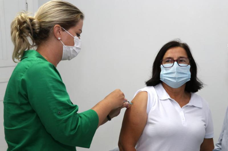 A auxiliar de enfermagem Tereza Mageroski Jastrombeck foi a primeira vacinada em Papanduva – Foto: Prefeitura/ND