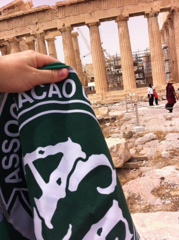 As suas melhores histórias foram envolvendo a bandeira. Na Grécia, Alexandre quase foi preso por tirar foto da bandeira no Partenon, por ser um lugar sagrado não podem ser tiradas fotos com outros símbolos. Mas usando toda sua audácia, ele conseguiu um registro desse momento. – Foto: Arquivo Pessoal/ND