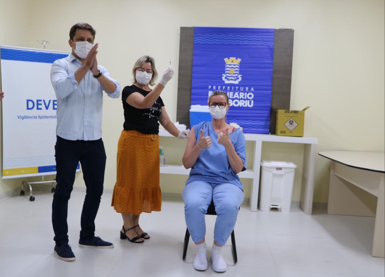 A técnica de enfermagem Darlene Justino foi a primeira a ser vacinada em Balneário Camboriú - Secom BC/Divulgação