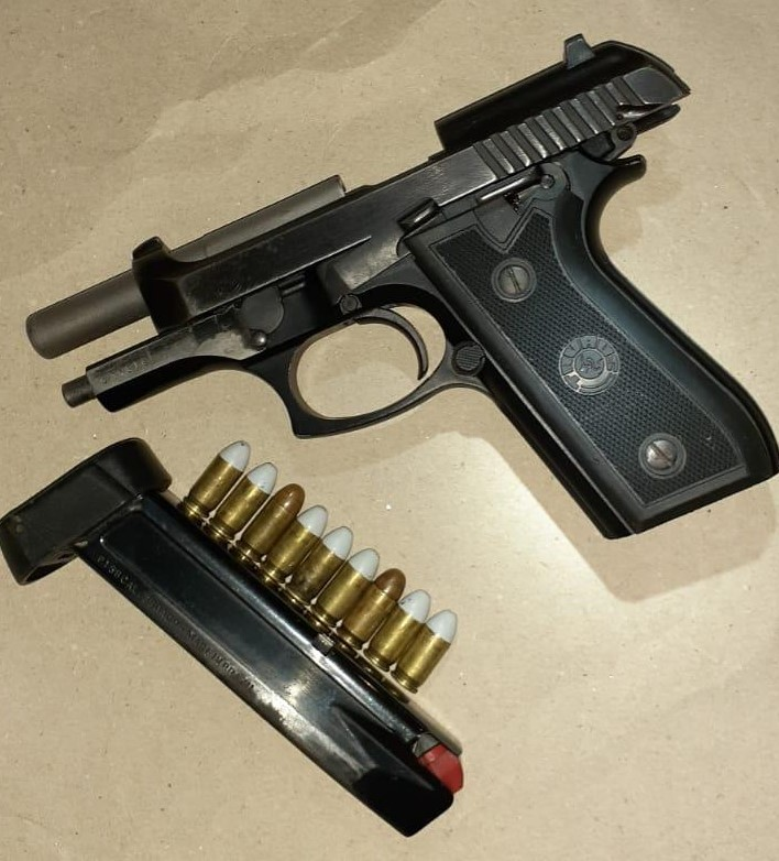 Pistola foi encontrada com os suspeitos durante ocorrência em Gaspar – Foto: PM/Divulgação