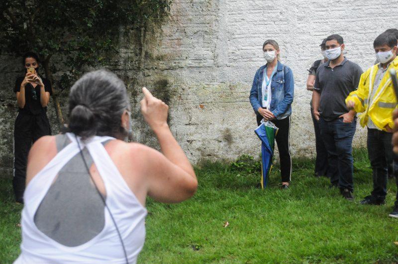Professora Andrea Zanella (de costas) precisou explicar a situação para a direção da Casan. Foto: Leo Munhoz/ND