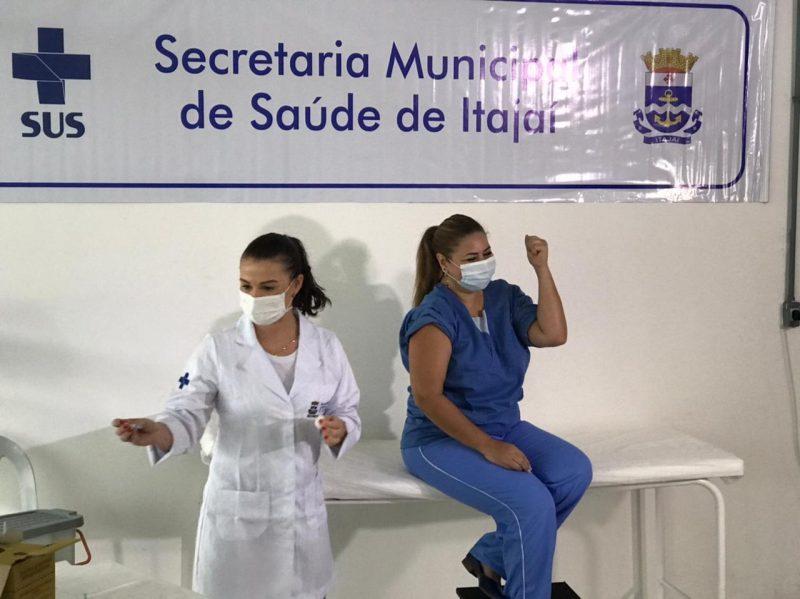 Para Jonilda, ser a primeira vacinada foi um ato de reconhecimento e grande emoção – Foto: Isabela Corrêa/NDTV