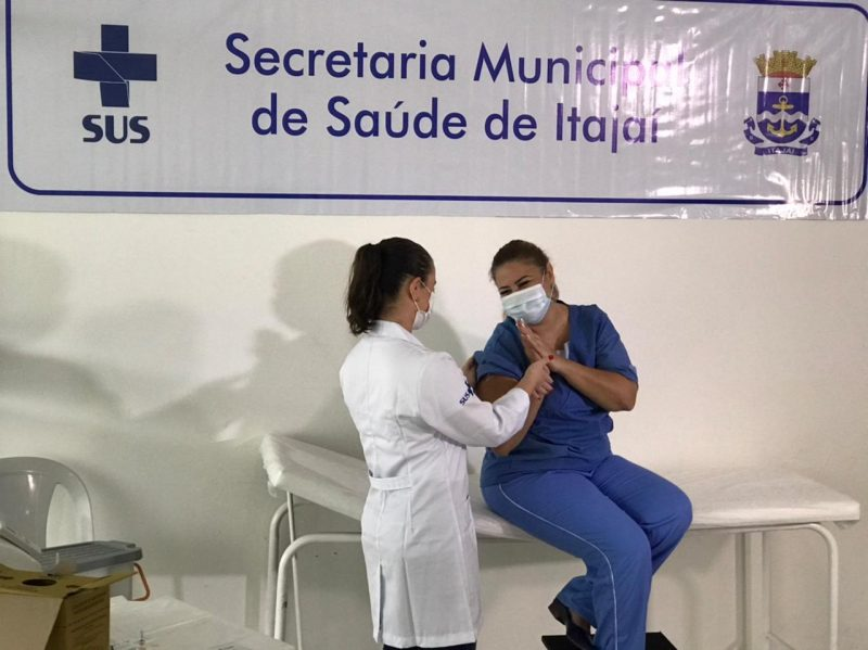 A enfermeira Jonilda Hugen, de 47 anos, foi a primeira vacinada em Itajaí – Foto: Isabela Corrêa/NDTV