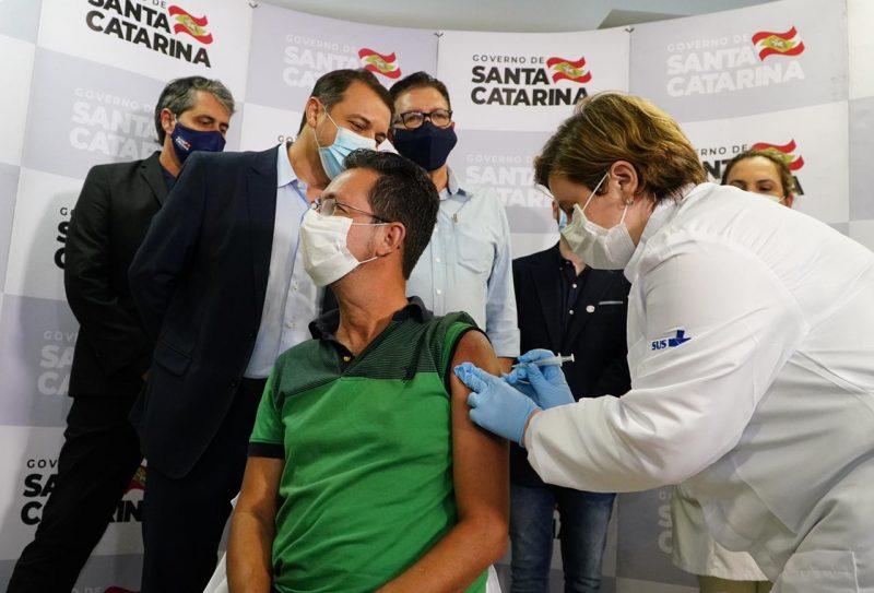 Homem recebe dose de vacina em SC