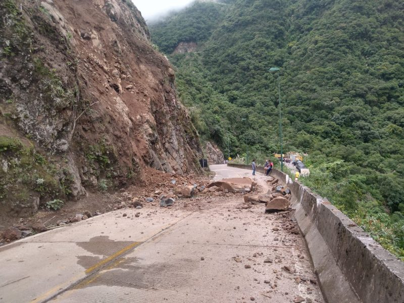 Rodovia com rochas interditando a passagem do local na Serra do Rio do Rastro o trânsito está fechado para a passagem até a segunda-feira