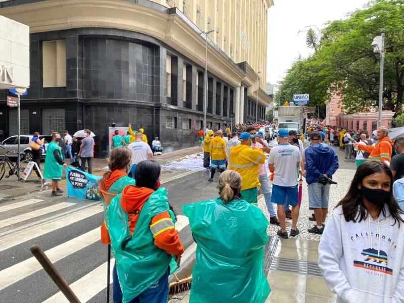 Grevistas da Comcap durante protesto na rua Tenente Silveira na semana passada: trânsito bloqueado e lixo espalhado pelas ruas – Foto: Gustavo Bruning/ND