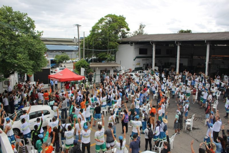 Funcionários se reuniram na sede da Comcap e decidiram realizar greve de 24h em Florianópolis – Foto: Reprodução/Facebook/Sintrasem