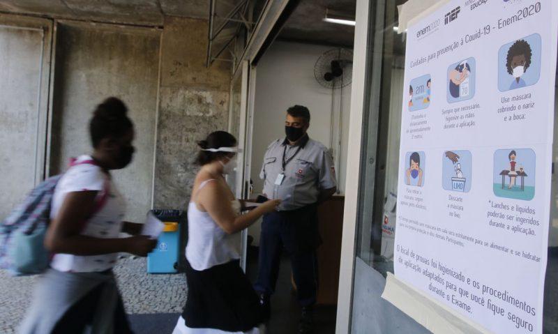 Entrada dos candidatos para o primeiro dia de provas do Enem, na Universidade Estadual do Rio de Janeiro – Foto: Tânia Rêgo/Agência Brasil/ND