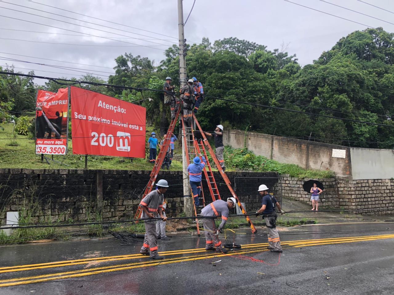 Um poste de energia elétrica caído na Rodovia João Paulo em Florianópolis deixou o trânsito bloqueado no local, por volta das 9h desta sexta. Ele foi substituído por volta das 11h30 e o tráfego liberado.. - Divulgação/ND