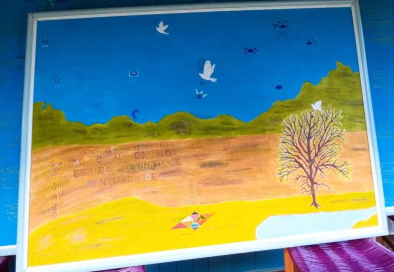 As pinturas revelam mensagens e visões repassadas pelos extraterrestres. – Foto: RBV Notícias/Reprodução