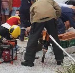 Equipes do Corpo de Bombeiros e da PM realizaram o resgate da adolescente – Foto: Reprodução/ND