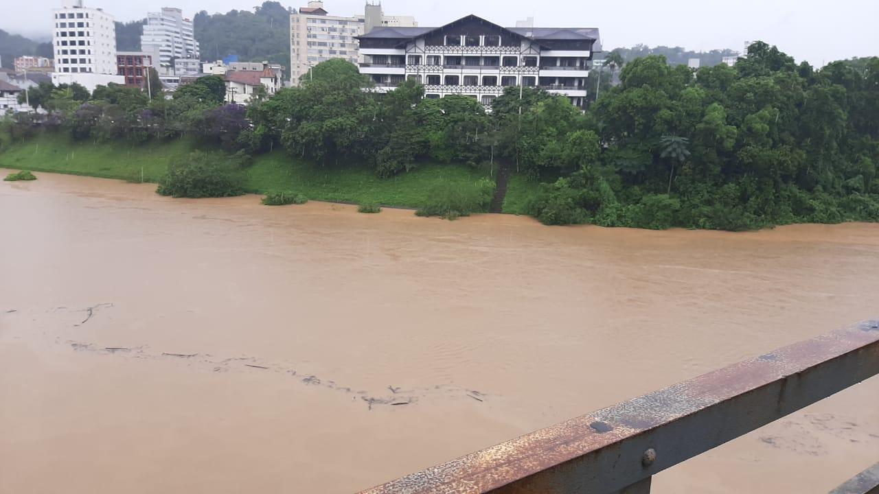 Rio Itajaí-Açu chega a 6 metros em Blumenau e entra em alerta - Bruno César/ND Mais