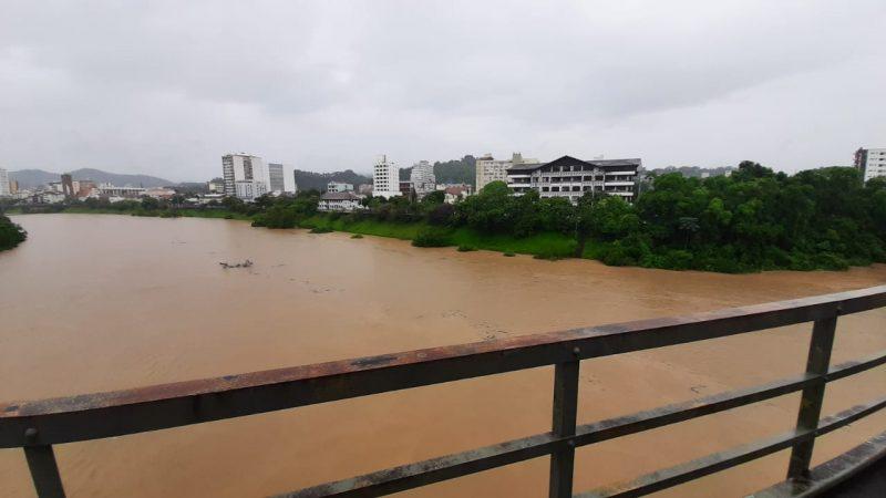Rio Itajaí-Açu deve chegar a 7,5 metros e depois estabilizar em Blumenau – Foto: Bruno César/ND Mais