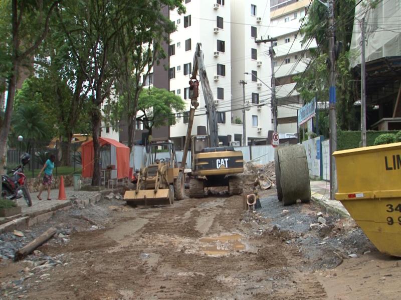 Época em que obras do rio Mathias foram paralisadas após rescisão do contrato com a empresa responsável – Foto: Reprodução/NDTV