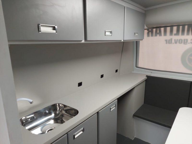 O motorhome também conta com cozinha equipada com caixa d'água e estrutura para o trabalho dos policiais – Foto: Rodrigo Gonçalves/NDTV Chapecó