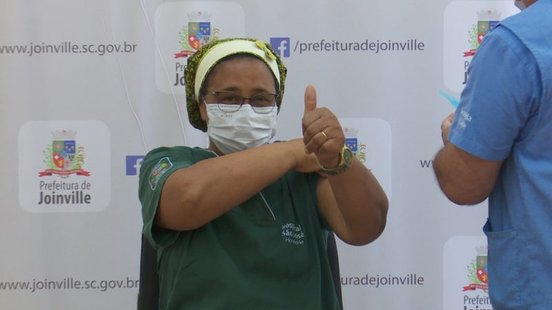 Rosângela de Oliveira Cardoso, 51 anos, foi a primeira vacinada contra o coronavírus em Joinville. – Foto: Alfa Stofelli/NDTV
