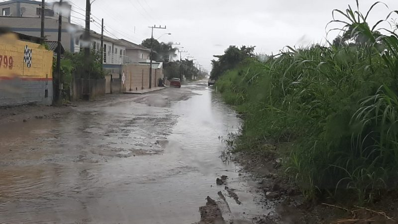 Alagamentos foram registrados região Sul da Ilha. Na rua Laura Duarte dos Prazeres, no Campeche, a via ficou tomada pela lama. Às 9h50, a água já havia baixado – Foto: Karina Koppe/ND/Divulgação