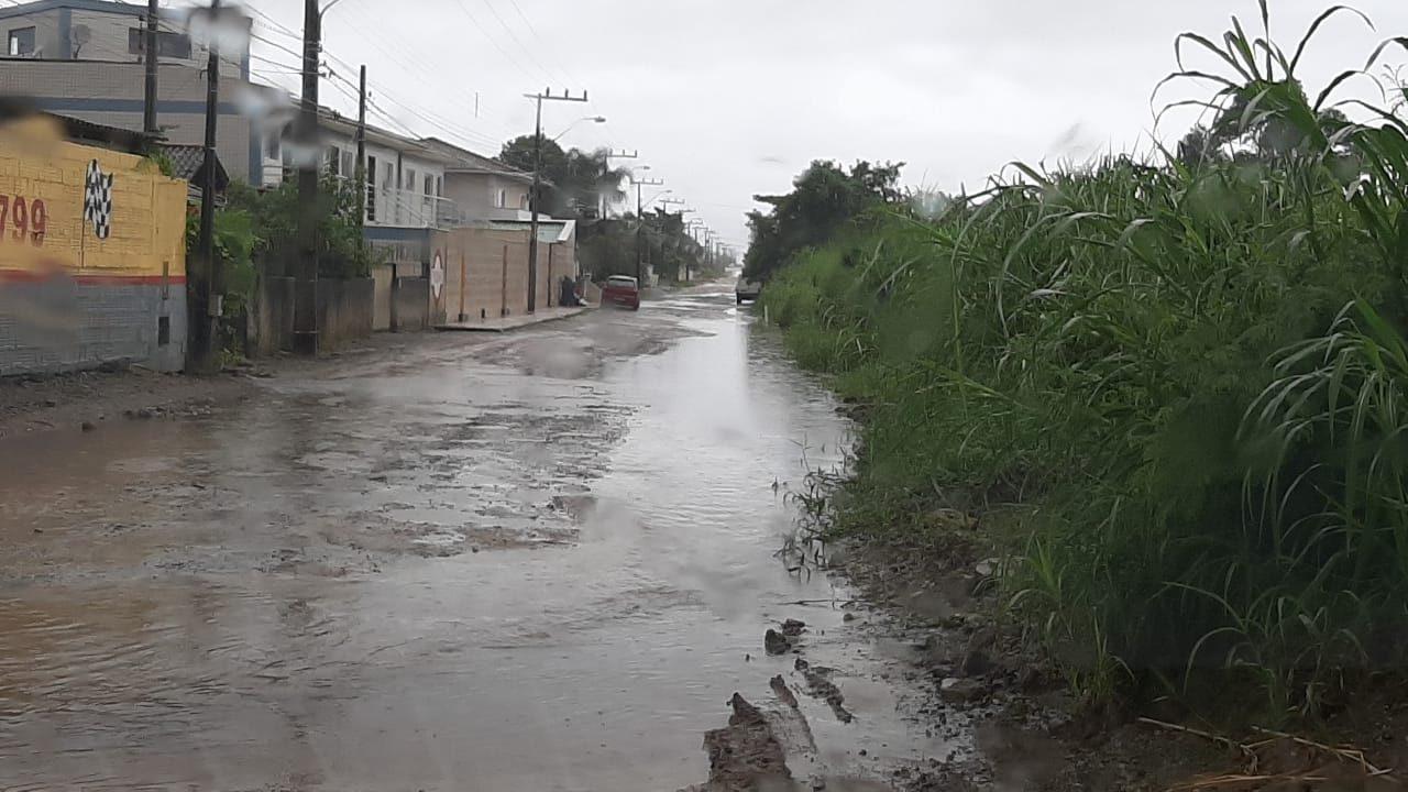 Alagamentos foram registrados também no Sul da Ilha. A rua Laura Duarte dos Prazeres, em Campeche, ficou tomada pela lama - Karina Koppe/ND/Divulgação
