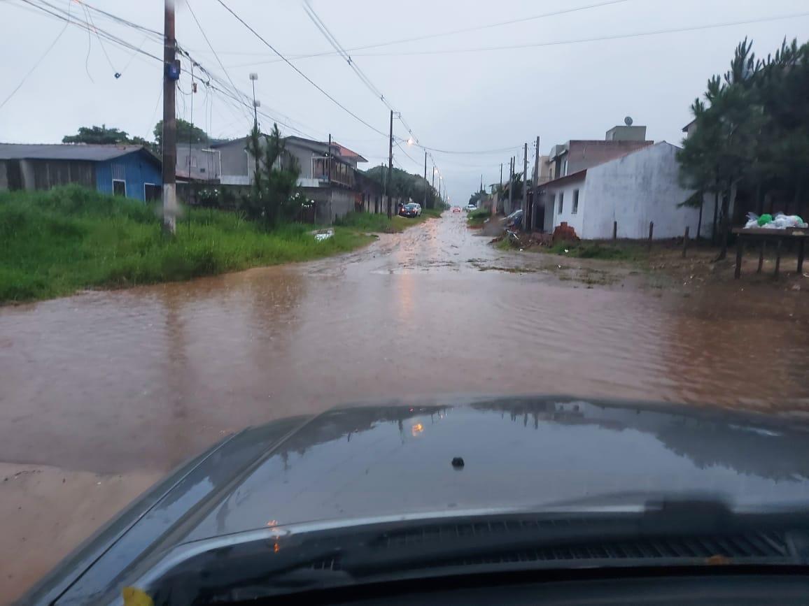 Rua no bairro Rio Vermelho, também no Norte da Ilha, em Florianópolis, ficou alagada - Osvaldo Sagaz/NDTV