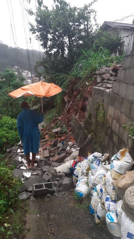 No Saco dos Limões, deslizamentos danificaram o muro de uma escadaria. Volume de chuva chegou a 48,4 mm, nas primeiras seis horas da quinta-feira (21), na região central da Ilha – Foto: Defesa Civil/Divugação/ND