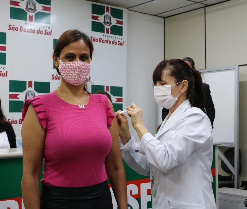Em São Bento do Sul, a primeira vacina foi a enfermeira Sirlei Mara Leandro Gonçalves – Foto: Prefeitura/ND