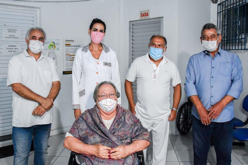 A moradora de um lar de idosos Ceci Nunes Sebold, de 78 anos, e o médico Marivaldo de Assis (máscara azul), de 71, foram os dois primeiros moradores de São Francisco do Sul vacinados – Foto: Alexandre Braga/Prefeitura de São Francisco do Sul