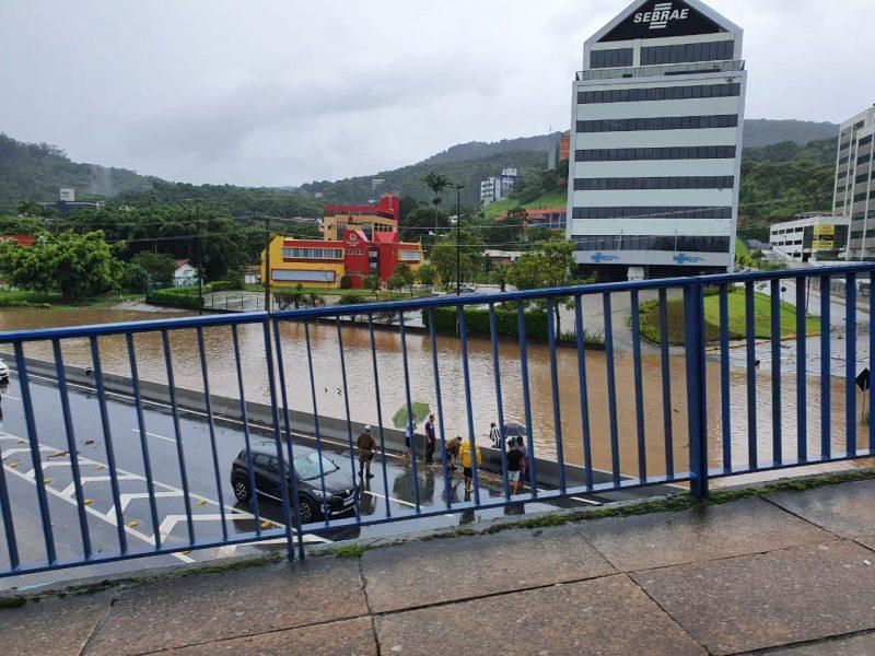 SC-401 em Florianópolis alagada, após a chuva intensa deste domingo (24) na Capital – Foto: Divulgação/ND